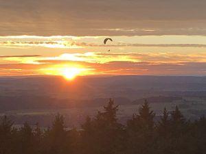 Die Leichtigkeit eines Gleitschirmfliegers (vom Hagenturm aus gesehen).