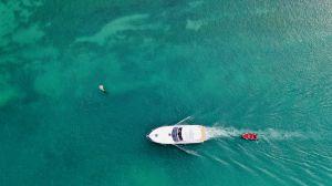 Flucht auf das rote Beiboot für ein leichtes Leben?