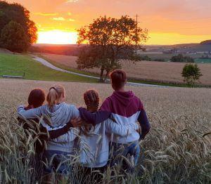 Wenn die letzten Sonnenstrahlen im schönen Klettgau übers Land streichen - die Webercousins im Feld