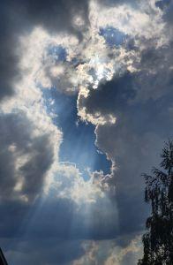 Wie anmutig die leichten Sonnenstrahlen gegenüber den dunklen Wolken sind. Aufgenommen in Büttenhardt.