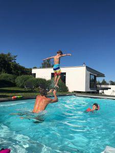 Am 30.06.2020, feierten mein Schwager, Yves (46) und grosser Bruder, Shane (41) zusammen ihre Geburtstage in Stetten an der Fuchslochstrasse. Beim Planschen im Pool lernte der 8-jährige Leo zu fliegen als er Starthilfe von meinem Bruder bekam. Auch wenn nur für einen kurzen Augenblick - so scheint er mit seinen ausgestreckten Armen in der Luft zu schweben während der Göttibueb Ean (3) begeistert zuschaut.