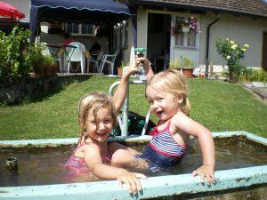 Die Enkelinnen Jenna und Elena geniessen das leichte Leben im Gartenbrunnen.
