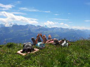 Wanderpause mit herrlichem Blick auf die Schweizer-Bergwelt vom Brienzer Rothorn nach Lungern.