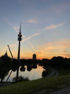 Sonnenaufgang auf dem Olympiaberg in München. Leichter Start in den Tag.