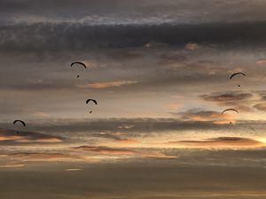 Leicht schwebten die Gleitschirmflieger um den Hagenturm in die Nacht hinein.