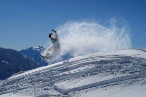 Unser Sohn Joël beim Snowboard-Sprung in unseren Skiferien auf der Lauchernalp mit herrlicher Aussicht ins südliche Wallis. In diesem Winter besonders entspannt, leicht und frei können wir die sonnigen Tage geniessen.
