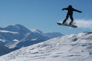 Unser Sohn Joël beim Snowboard-Sprung, den wir auf der Lauchernalp mit Aussicht aufs südliche Wallis aufgenommen haben. In diesem Winter besonders entspannt, leicht und frei mit tollen Schneeverhältnissen.