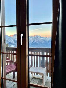 Dieses Foto ist noch nicht einmal zwei Wochen alt. Das war in den Skiferien auf der Bettmeralp in der ersten März Woche, morgens um  7 Uhr. Das war der Blick direkt aus dem Bett. Die herrlichen Viertausender als Ausblick hoch über dem Rhonetal. Auch die Spitze vom Matterhorn ist zu sehen. Für mich speziell, da ich das letzte Mal vor rund 20 Jahren auf der Bettmeralp in den Skiferien war und es so lange dauerte bis ich das wiederholen konnte. So lange werde ich nun bestimmt nicht mehr warten!