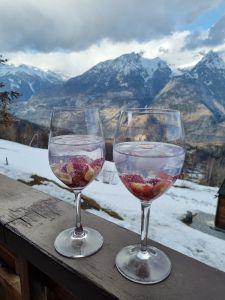 Nach dem Skifahren in Unterbäch im Wallis den Ausblick geniessen.
