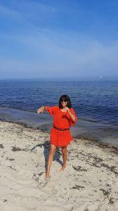 - es zeigt mich selbst - am Freistrand von Kühlungsborn - Frei und ungebunden: wieder einmal tanzen, im freien, mit Sand an den Füssen