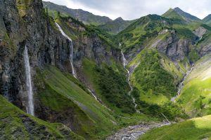 Scheinbar frei stürzt das Wasser über die Kante in der Wasserfallarena Batöni (auch «Island der Schweiz» genannt), nur um etwas weiter unten gefasst und in einem Stollen einem Wasserkraftwerk zugeführt zu werden.