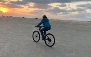 Frei und ungebunden auf Rômô an der Nordsee dem Sonnenunterhang entgegen.