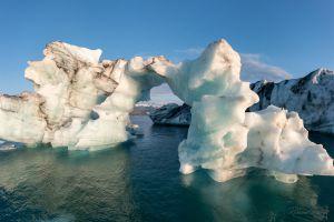 Das Tor zur Freiheit In einer Gletscherlagune in Island treiben Eisberge frei und ungebunden bis sie vergehen. Die ungebundenen Kraft der Eismassen bringt auch zierliche Figuren von hoher Anmut hervor. Da kann man einfach nur staunen.