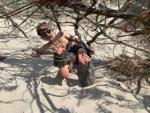 Eine selbstgebaute Strandhütte, meine Do-it-yourself-Schuhe, Sand unter dem Po und die Sonne am Himmel... ich fühl mich frei und ungebunden.