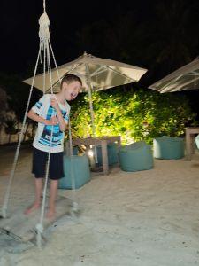 Mein Sohn Jan und seine glückliche, freie, ungebunden lange Nächte am malerischen, erholsamen, sehr ruhigen Strand auf Malediven.