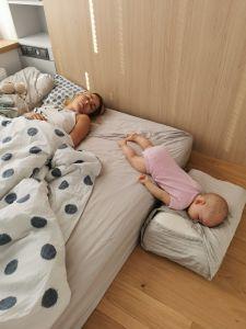 Tief, friedlich, frei und ungebunden:) zwischen Matratze und Boden, anstatt im einschränkenden Gitterbett schlafende Gaja:) (meine Nichte).