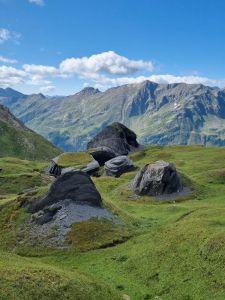 Auf unserer schönen Wanderung vom Lukmanierpass nach Olivone ( Bleniotal), sind wir auf der grossen Alpe di Boverina an interessanten, grossen Steinformationen vorbeigekommen. Seit Jahren ruhen sie hier.